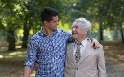 Een gulle opa en een dolgelukkige kleinzoon